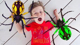 يهرب سينيا وأبي من العناكب من اللعبة