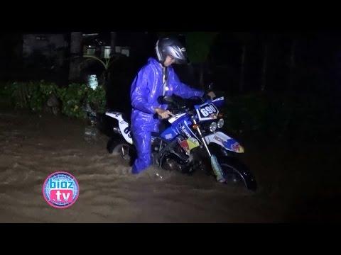 gara-gara-motor-trail-nekat-melintasi-arus-banjir-di-trenggalek,-begini-jadinya---bioz.tv