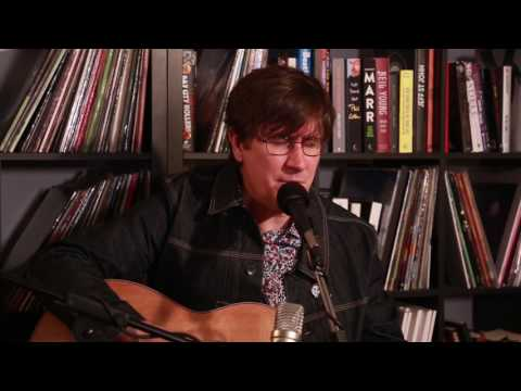 """The Mountain Goats """"Andrew Eldritch Is Moving Back to Leeds"""" (Live in the Rolling Stone Office)"""