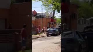 DESTROZÓ A MACETAZOS EL AUTO DE UN HOMBRE QUE CONVERSABA CON SU EX PAREJA
