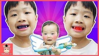 상어가족 상어 칫솔로 양치 했더니 꾸러기 미니 이 색깔 변했어요 ♡ 어린이 양치놀이 장난감 색깔놀이 핑거송 인기동요 learn colors | 말이야와아이들 MariAndKids