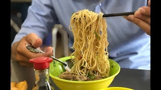 People queued to eat noodles noodles 60 years of Chinese origin