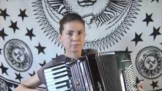 ЛЕГЕНДАРНАЯ песня в исполнении красивой девушки на аккордеоне