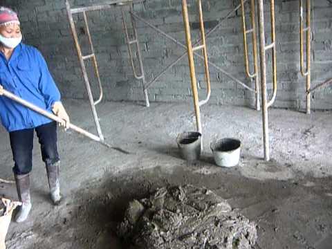 Công nhân xây dựng sử dụng vữa khô Mova