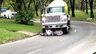 Motociclista muere tras ser arrollado por un camion