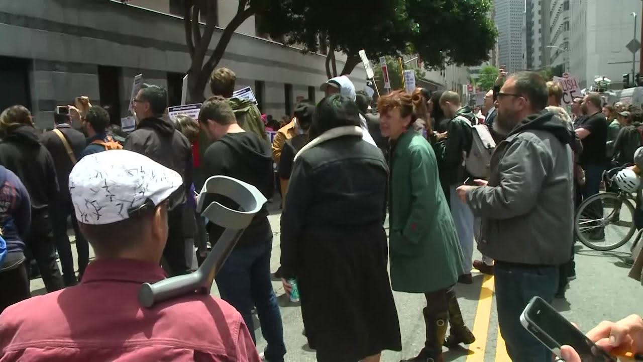 raw-video-protesters-outside-ice-offices-in-san-francisco