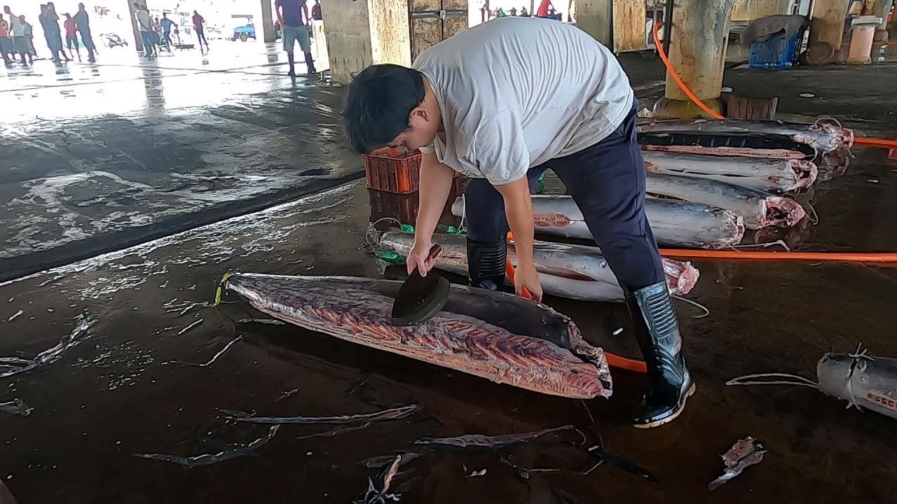 台灣特色-屏東東港魚港-美味旗魚切割處理
