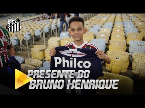 Bruno Henrique dá camisa para torcedor do Fluminense