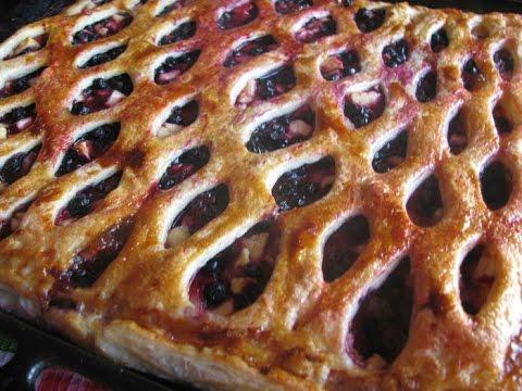 Пирог слоеный с черникой