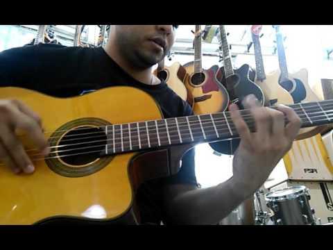Praticando no tempo livre,dentro da loja usando o violão Eagle CH800