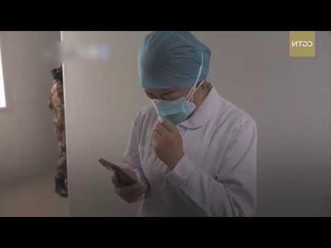 Китайская медсестра, работающая в больнице Ухань, слышит о внезапной смерти своей матери