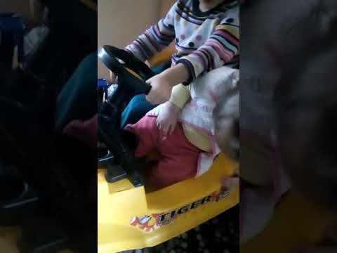 Kucuk Prensesim Kardesini Uyutuyor