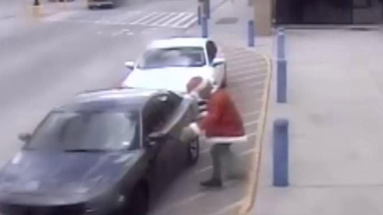 grinch-steals-presents-from-unlocked-cars-in-psa-video-by-houston-police