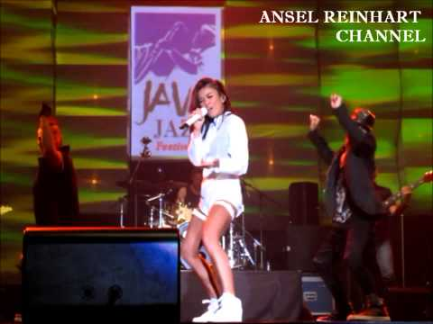AGNEZ MO - Coke Bottle LIVE at JAVA JAZZ FESTIVAL