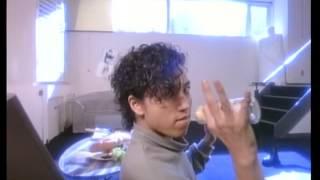 1987年5月発売の岡村の3枚目のシングル。当時21歳の長身で細身の若さが...