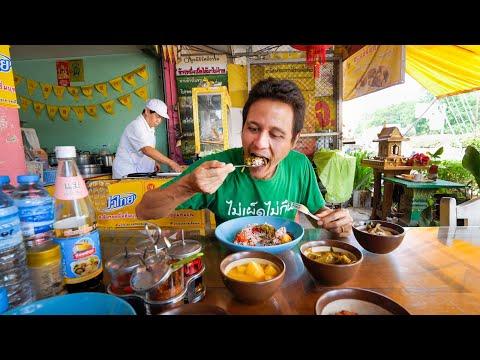 Street Food THAI VEGAN FOOD – Massaman Curry in Chiang Mai, Thailand!