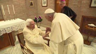 Papa Francesco porta i nuovi cardinali a salutare Ratzinger: l'arrivo in minibus e l'incontro