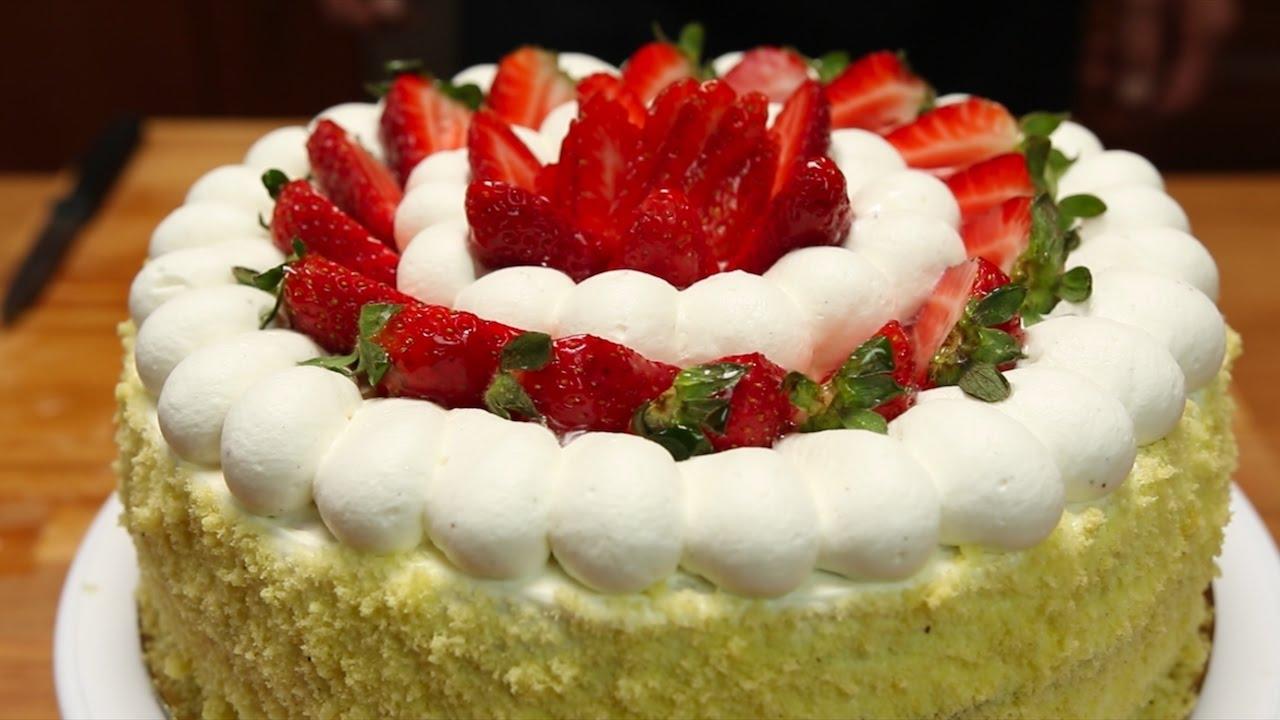 Ecco la tua torta cara Mamma.Torta Panna e Fragole con inserto di Frutta e  chantilly