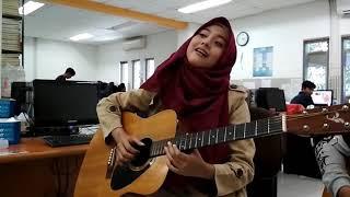 wanita berhijab memang cantik, apalagi bisa main gitar