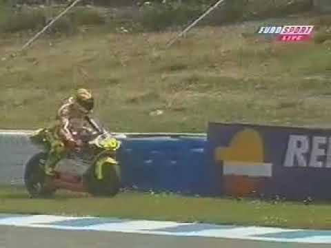 Valentino Rossi menepi dan menyandarkan motornya