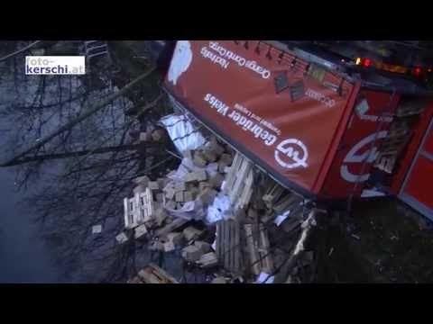 Lkw mit Anhänger stürzte in die Traun
