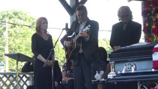 Vince Gill , Patty Loveless, Ricky Skaggs / Go Rest High On That Mountain
