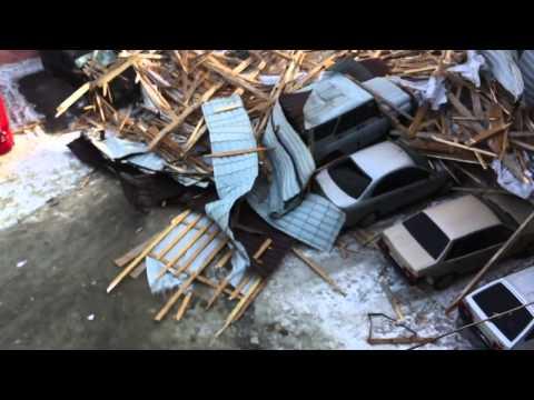 Gorod-novoross.ru Новороссийск. Энгельса. Ураган снес крышу на стоящие во дворе машины. 07.02.2012