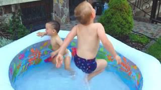 Дети купаются в БАССЕЙНЕ / KIDS Swimming In The POOL