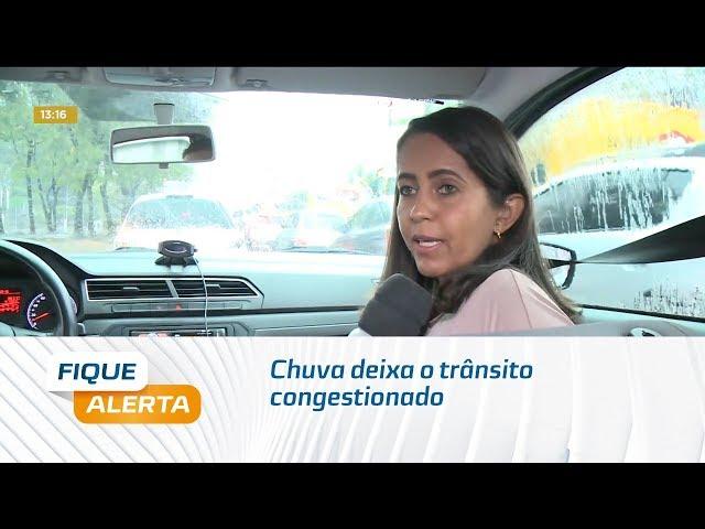 Chuva deixa o trânsito congestionado na Av. Fernandes Lima