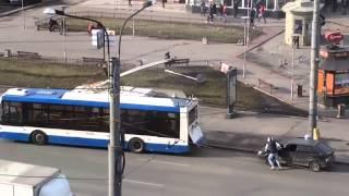 Машину привязали к троллейбусу