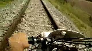 moto honda  XR-600 pasando por las vías de un tren