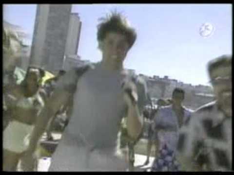 El Simbolo cantando Brinca! en Tv-Show Caliente (2002)