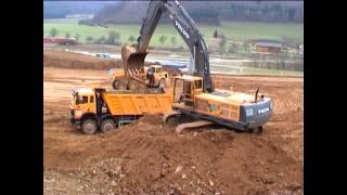 VOLVO EC450, A25C, Mercedes Dump Trucks / Fa. Meister, Neubau Zeiss Oberkochen 04.04.2003.