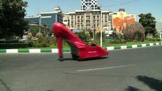 فيديو.. ماسح أحذية يثير الدهشة في طهران