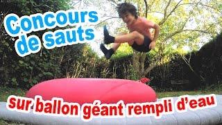 Concours de sauts sur un BALLON GONFLABLE GEANT REMPLI D'EAU
