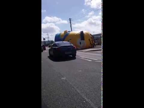 Un Minion gigante generó caos en una autopista