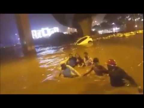 People Swimming In Bangalore Roads And Surviving Lady Stuck Up In Submerged Car