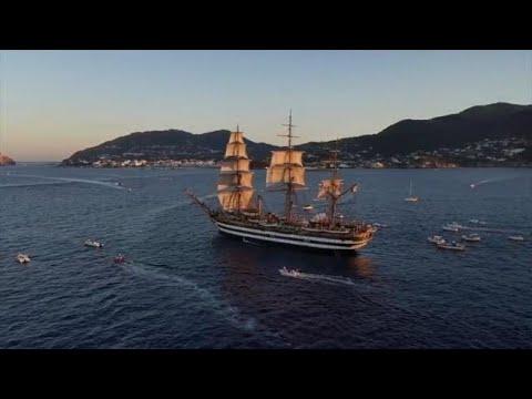 L'Amerigo Vespucci a Ischia: il comandante al piano suona Pino Daniele, l'omaggio al grande...