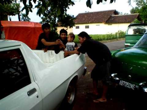 Mobil Holden Vino G Bastian Vino dihibur banyak or...