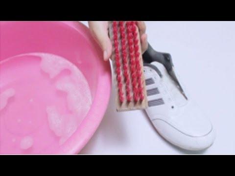 e1ee452ee طريقة تنظيف الحذاء الأبيض ليصبح ناصع البياض وكأنه جديد - YouTube