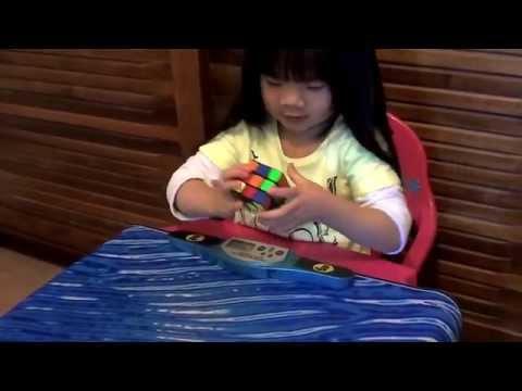 Bé gái 2 tuổi kute xoay rubik nhanh chóng mặt