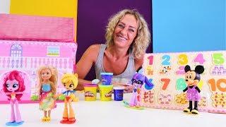 Nicoles Spielzeug Kindergarten. Die kleinen Puppen lernen die Zahlen