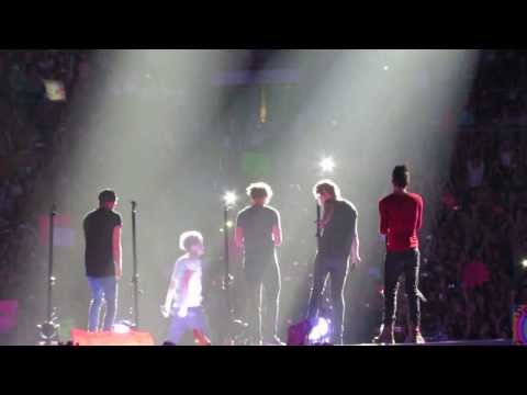 One Direction in Concert singing