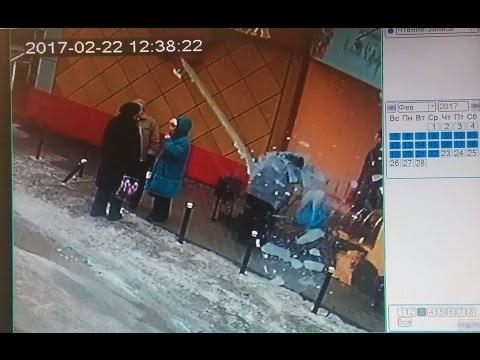 В центре Воронежа очередная ледяная глыба упала на женщину.