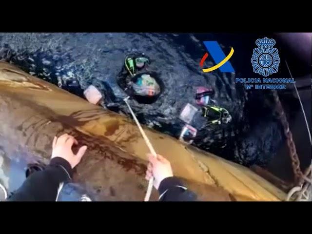 Así encontró la Policía la cocaína oculta bajo la linea de flotación de un carguero