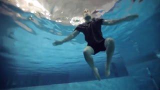 كيف تقف في الماء بشكل عمودي؟   تقنيات السباحة