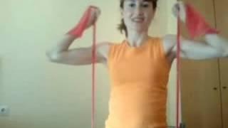 ejercicios para brazos y hombros con banda elastica