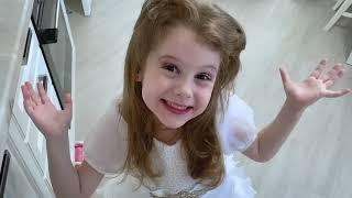 تتظاهر إيفا باللعب في صالون التجميل مع والدتها