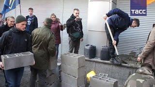 Украинские радикалы замуровали центральный офис Сбербанка в Киеве