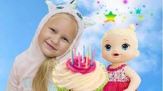 Алиса празднует ДЕНЬ РОЖДЕНИЯ Котенка ! Делаем тортик и печеньки для Беби Элайв !